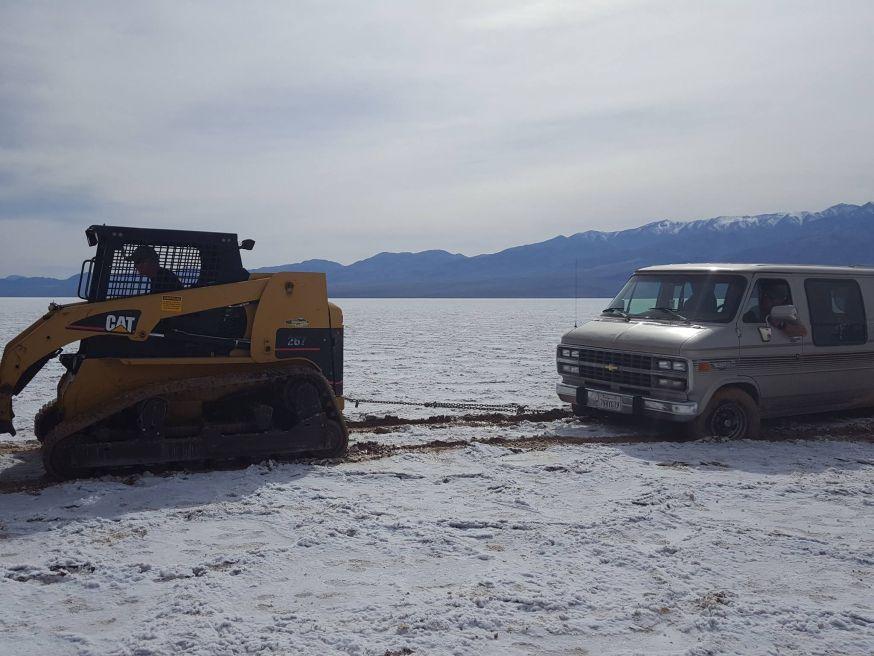 Death Valley zoutvlakte beschadigd een busje
