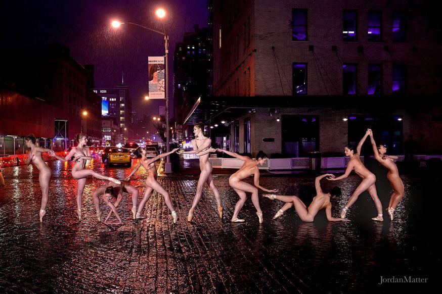 Dansers naakt op straat