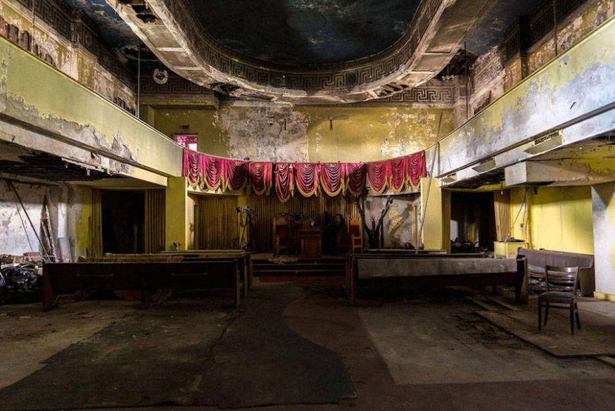 Foto's van verlaten rouwcentrum